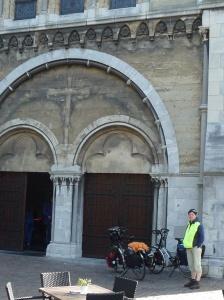 Voor de kerk in Roermond die helaas gesloten was