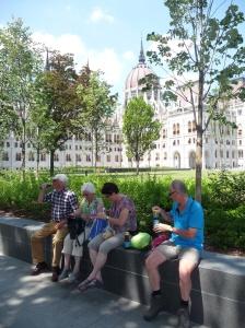 Lunchen voor het Parlementsgebouw.