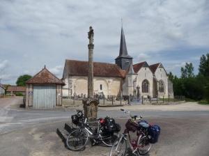 Grandville met de Pelgrimstrap met kruis achter de fietsen.
